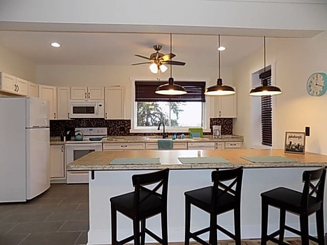 Fully Equipped Kitchen w/ Bar Seating