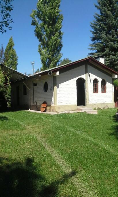 Frente de la casa y cochera para tres o cuatro autos