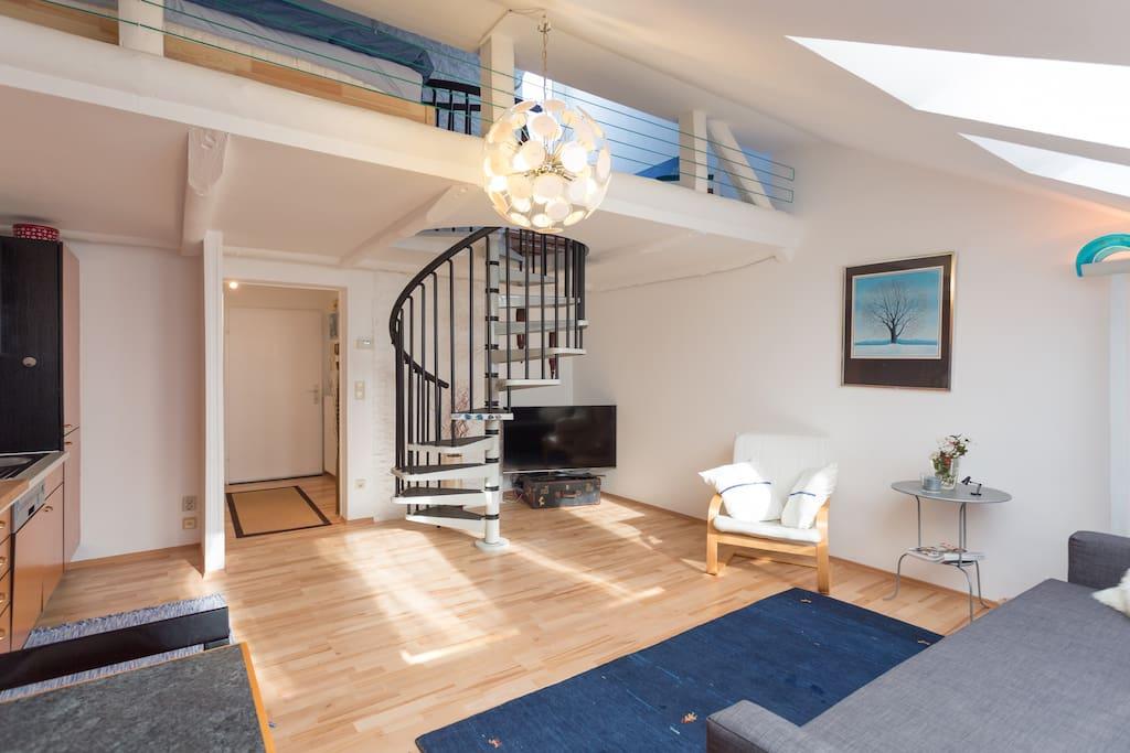 Wendeltreppe mit Aufgang zur Galerie / Schlafzimmer