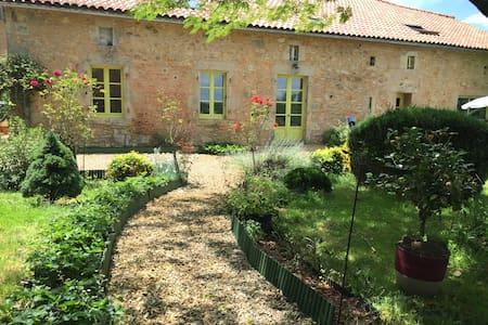 Gîte entre Charente et Périgord vert - Souffrignac - Casa