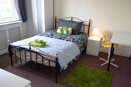 En-suite Bedroom 5 mins from Central Line (2) - Woodford - 獨棟