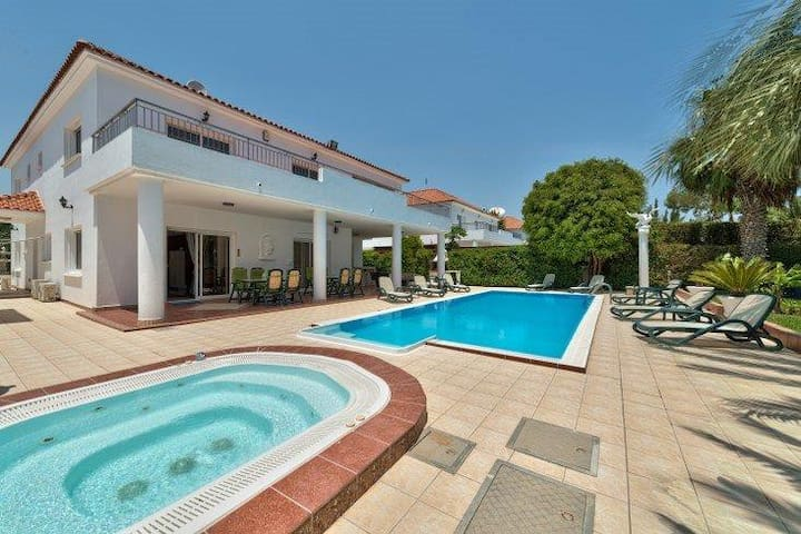 Wonderful seafront villa