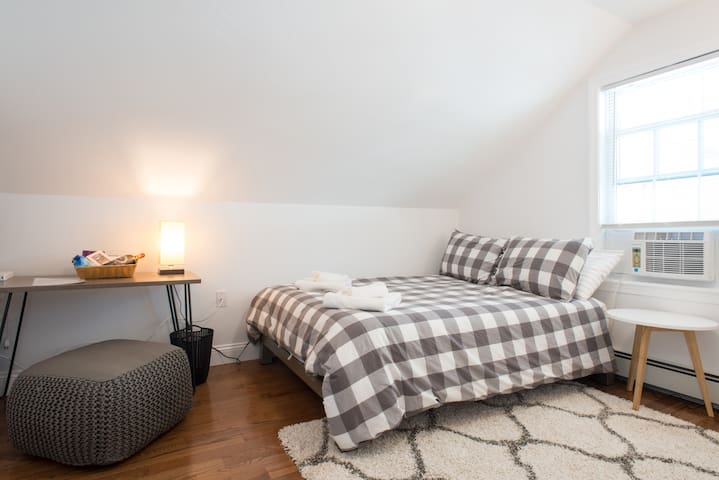 ★Modern, Cozy & Convenient ★ 14 Mins to Downtown!