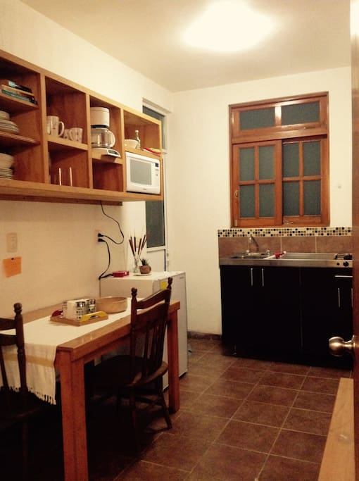 Entrada al apartamento cuenta con cocina completa excelente iluminación y en perfecto estado