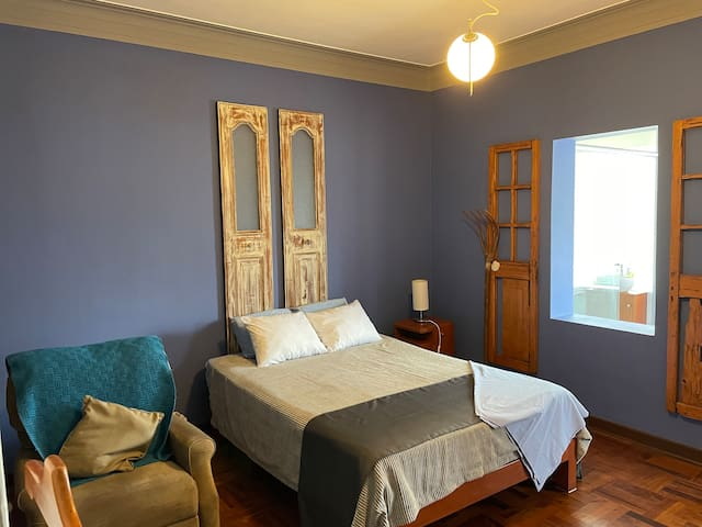 Habitación 1 Cama Queen, sillón reclinable.
