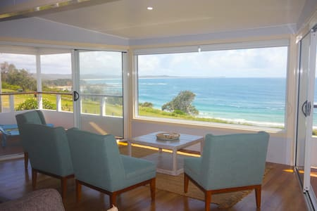 'Seascape' -Beach House Getaway, Beachfront, Stunning Panoramic Ocean Views