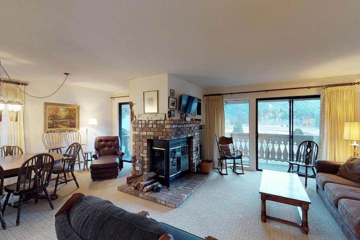 Cozy condo w/ shared hot tub & mountain views - close to town, lakes, & skiing!
