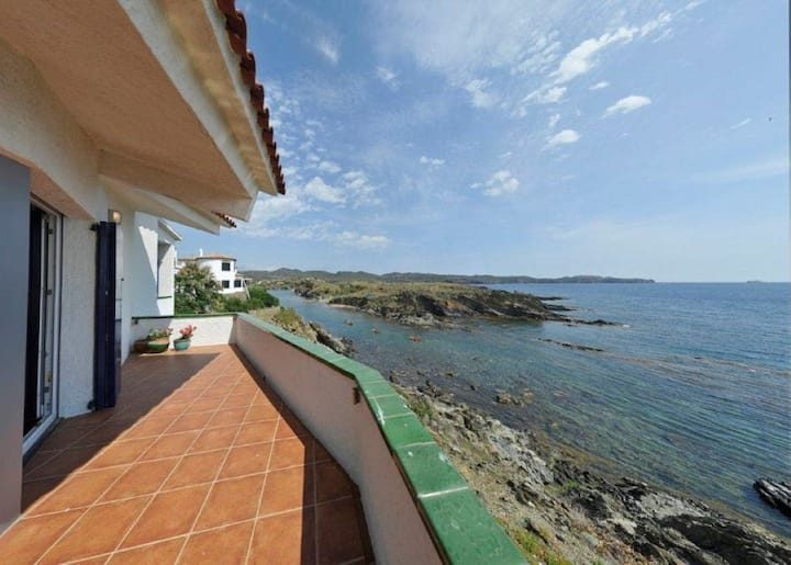 Spacious house in Cadaqués with spectacular sea views over Cap de Creus Nature Reserve.