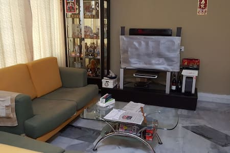 Three storey house, nearby airport for 6 person - Bayan Lepas - Huis