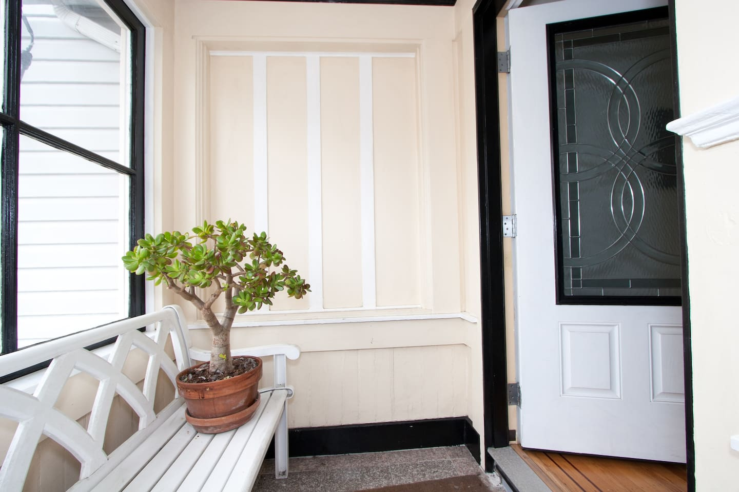 San Francisco 1900's fully remodeled sunny, sunny 700 sq. ft. top floor flat.