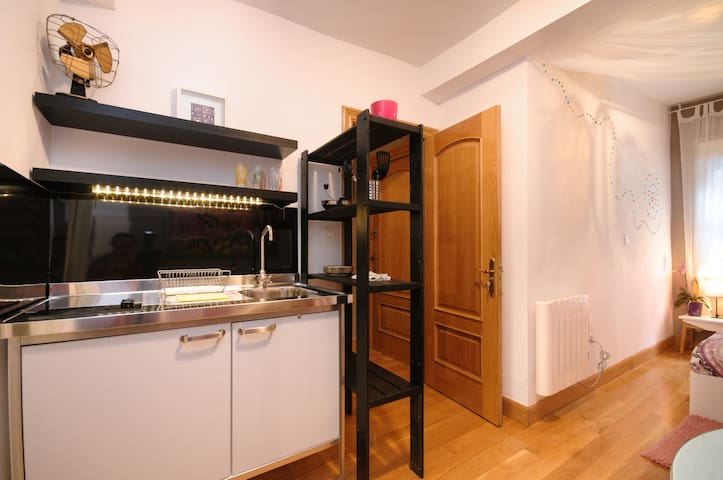 Cocina equipada con microondas Cocina equipada con vitrocerámica, frigorífico y fregadero. (Full equiped kitchen: fridge, hob & sink.