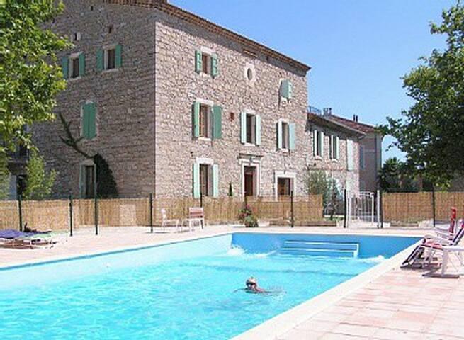 Les Ballades - petite maison avec piscine