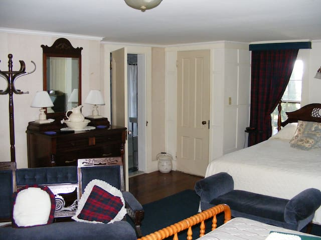 Manor Room at the Tartan Fox Inn