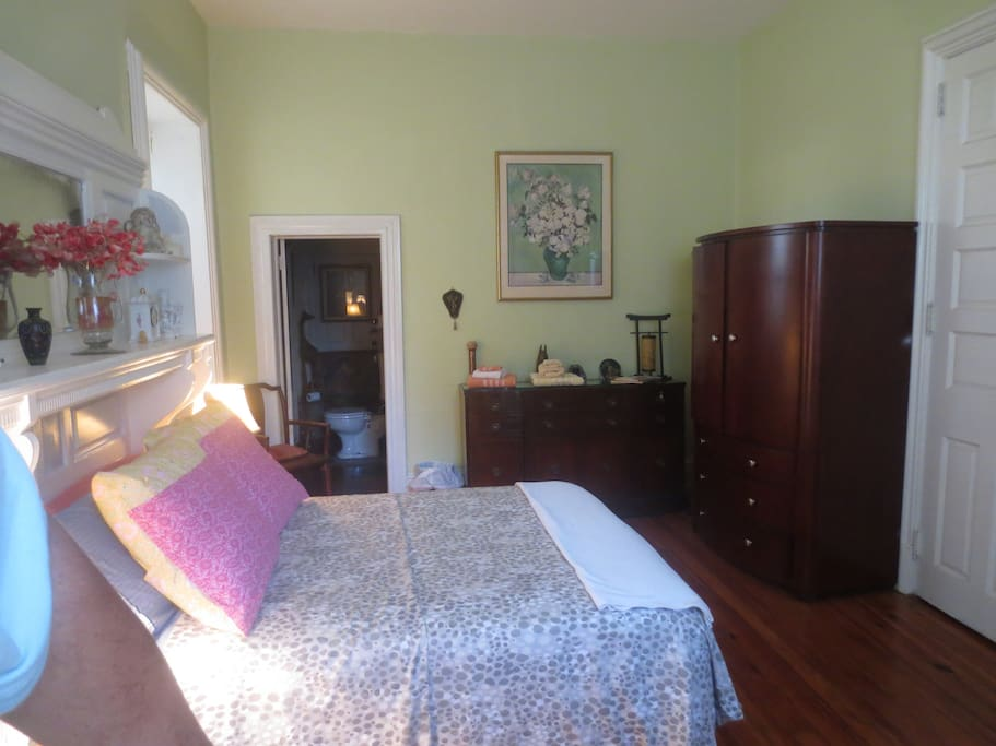 The Garden room: Queen size bed  - First Floor-Summer look- Location with Private Attached Half Bath