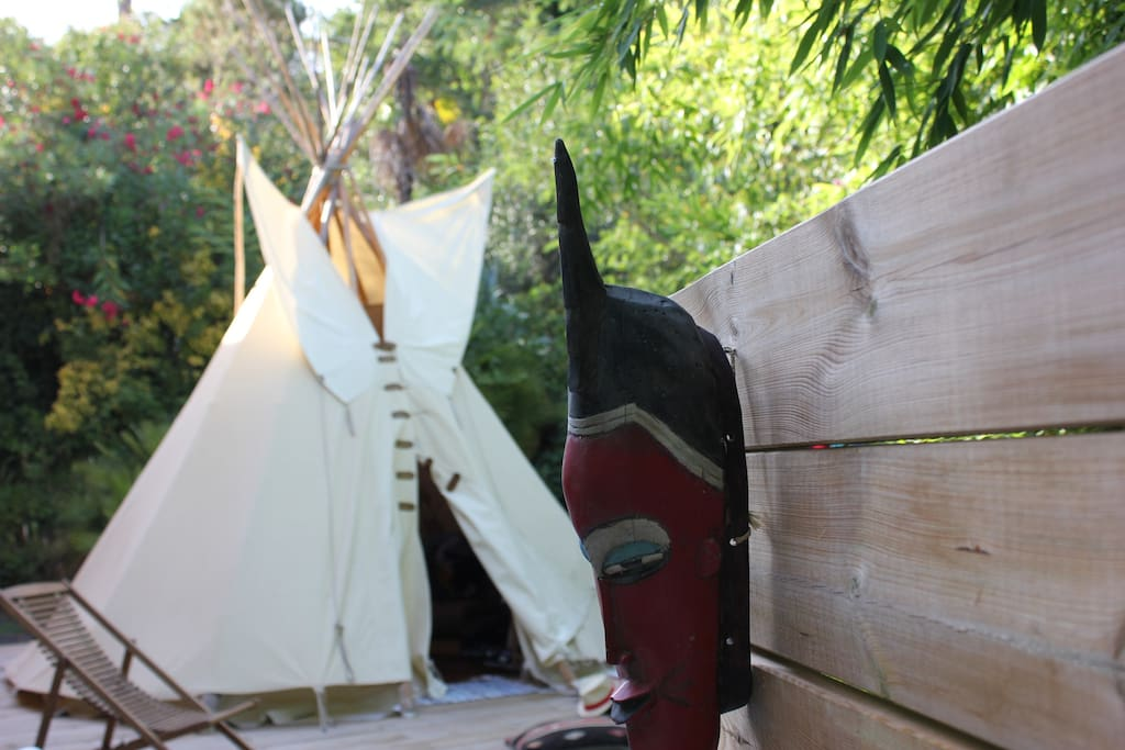 un vrai tipi dans le jardin tipis louer les adrets. Black Bedroom Furniture Sets. Home Design Ideas
