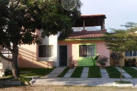 Linda casa frente al parque, La ribera, Colima. - Colima