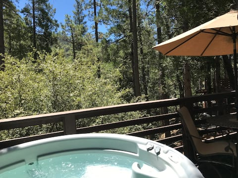 DAYDREAMER'S DEN, featuring a PRIVATE HOT TUB!