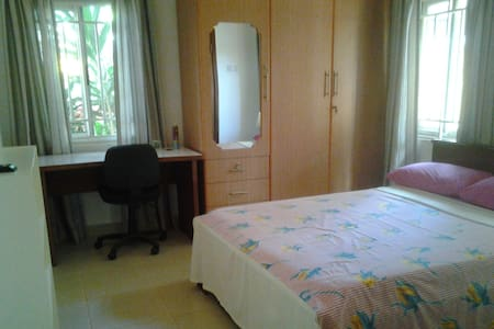 En suite room in family home - Accra - Casa