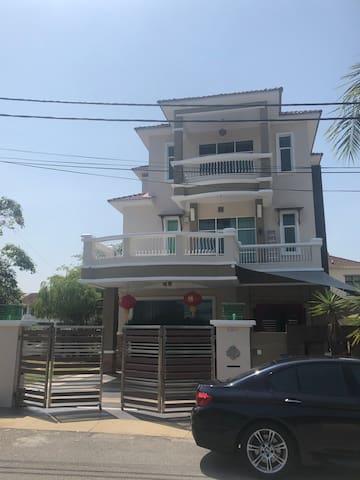 Spacious Bungalow near Jalan Raja Uda, Butterworth