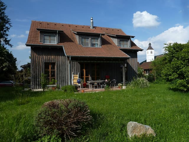Room in charming wooden house G - Rodersdorf - Bed & Breakfast