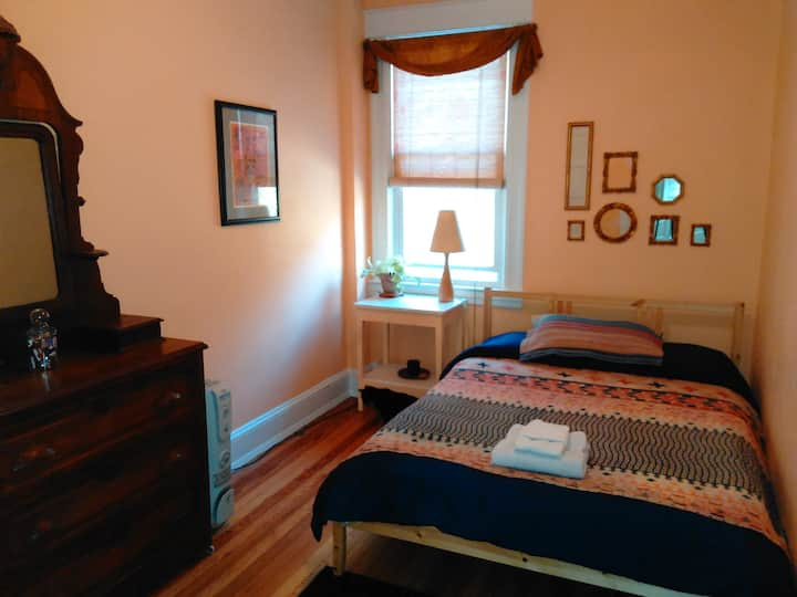 Cheerful Room in Historic Woodberry