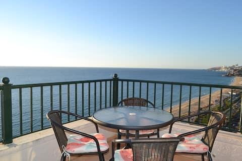 Balcony with an incredible ocean view / Terraza con increíble vista al mar en primera línea.