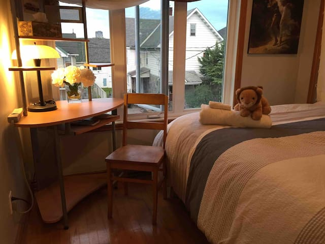 Bright and quiet Loft; Nice private Queen bed