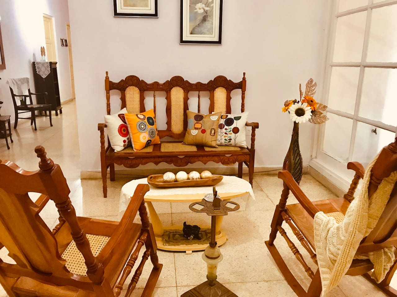 Beautiful house in the center of the city,close to all many important places to visit ,only two blocks away from Monument al Tren Blindado. Spacious with many common areas for big groups and families.
