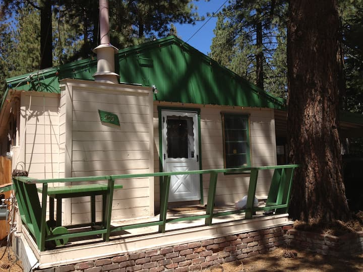 Knotty Pine Cabin, short walk to lake