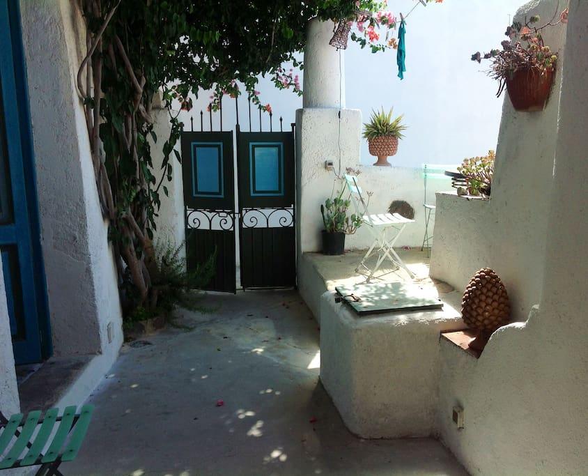 Ingresso e patio con il pozzo