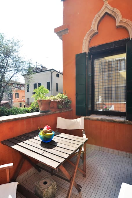 Lovely terrace facing a trad canal by frari church for 4 church terrace docking