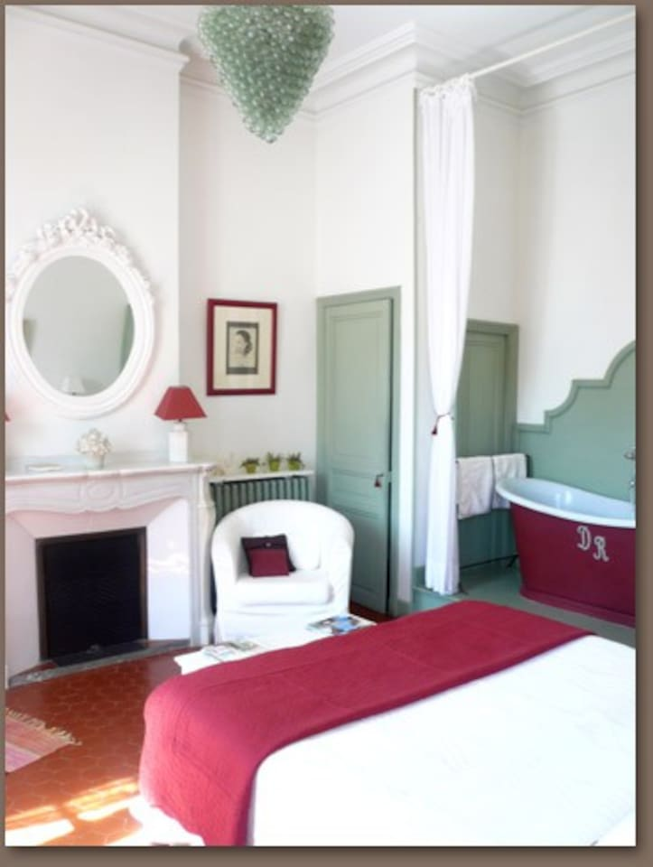 Romantic room, with an old bath.