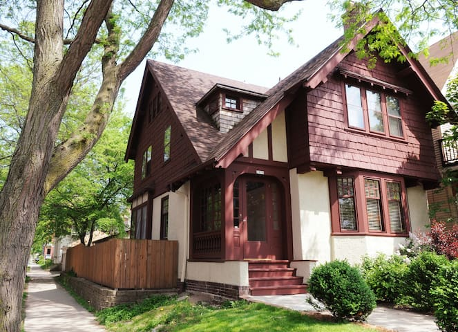 3-East side Arts & Crafts Tudor - Milwaukee - Hus