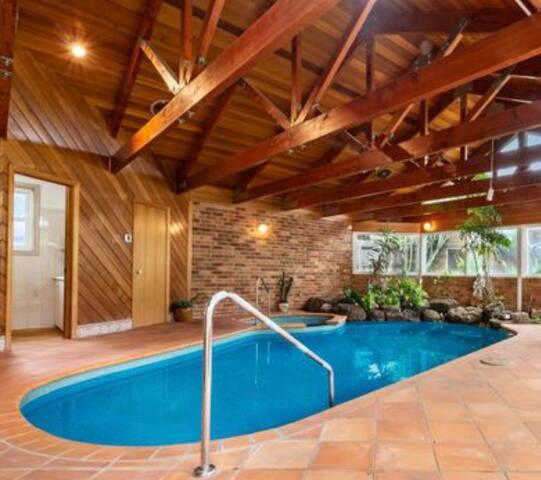 200m from Half Moon Bay - Heated indoor pool & spa