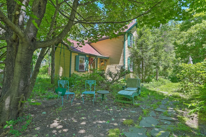 Sweet Fairytale Cottage' in Roscoe w/ Yard!