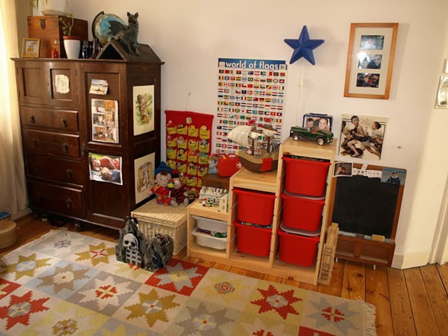 Child's bedroom/playroom - plenty of toys and books