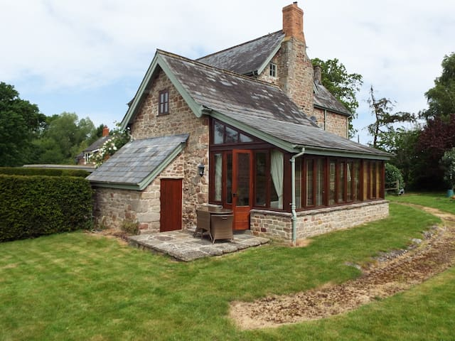THE GRANARY, pet friendly, with a garden in Walford, Ref 961331