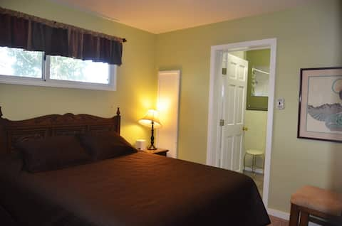 Cozy, queen bedroom with private bath in downtown