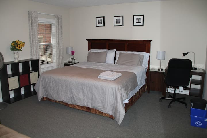 Master Bdrm w/TV, Fridge,King bed & ensuite bathrm
