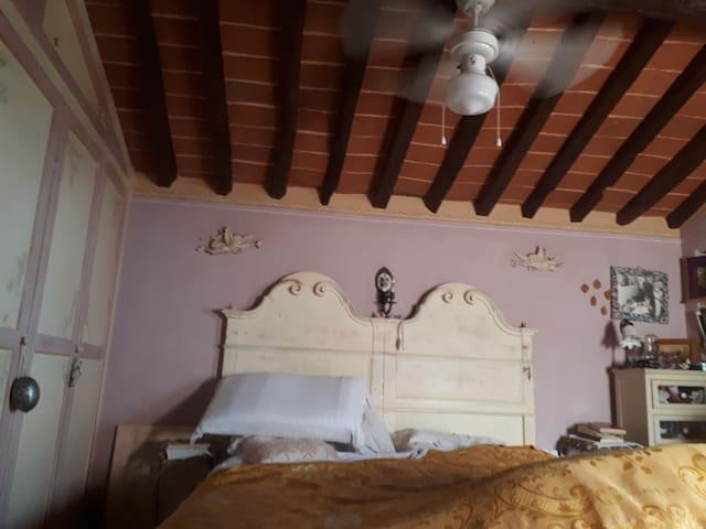 Camera matrimoniale fatta a mano, soffitto in mezzane e travi classico stile toscano