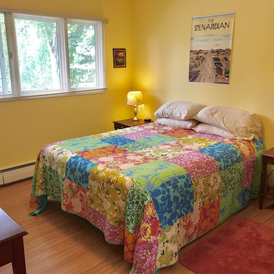 The Lemon Room, Queen size bed, high thread count sheets, desk, usb plug in's.