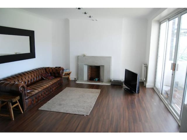 A very large, bright modern space/loft + balcony - Londen - Appartement