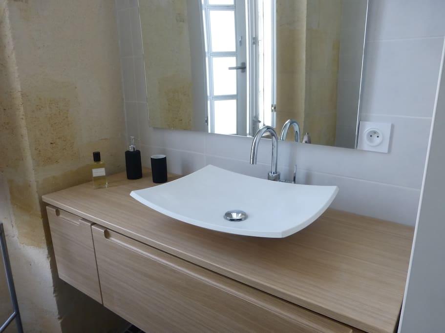 salle d'eau très claire avec douche