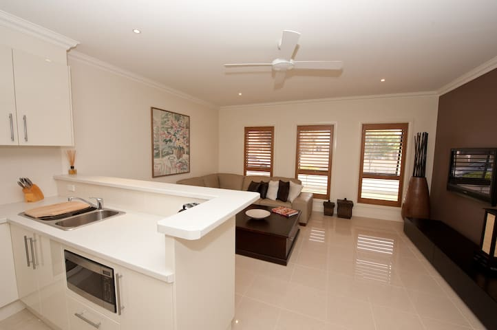 Modern Spacious  1bdrm Apartment !! - Kellyville Ridge - Apartment