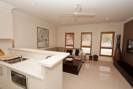 Modern Spacious  1bdrm Apartment !! - Kellyville Ridge - Lejlighed