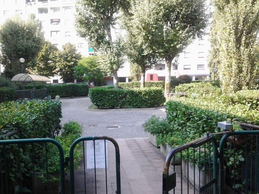 il parco giardino dove è situato il portone