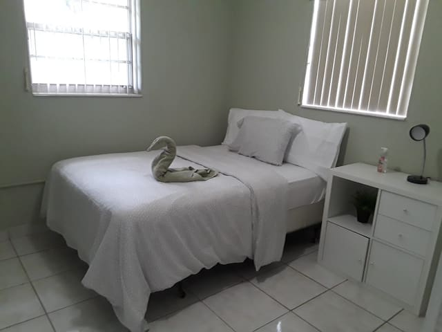 Simple, and private room in South Miami heart