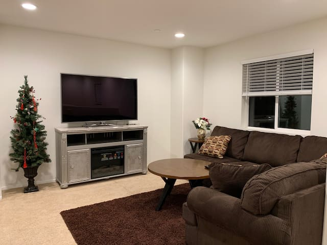 Super NEW cozy convenient room near ONT airport