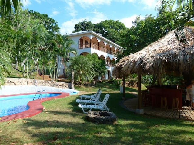 Relax at Hotel Colibri Hill - Utila