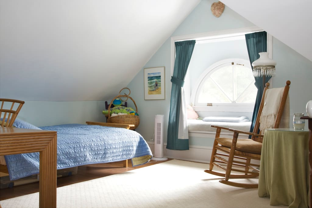 In addition to the half-moon window, there is a skylight to warm the room.